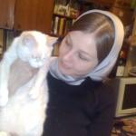 Рядом с белой кошкой пациентом