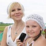 Вера Постникова, директор Ирбитского стекольного завода, со своей дочкой Машей специально приехала на конные бега в Останино_2